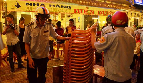 Ong Doan Ngoc Hai chi dao xu phat nha hang cua me vo-Hinh-2