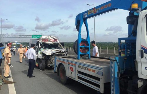 TPHCM: O to khach tong container tren cao toc, nhieu nguoi thuong vong-Hinh-4