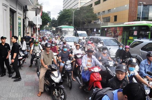 Dan phan ung xe cho ong Doan Ngoc Hai gay ach tac-Hinh-2