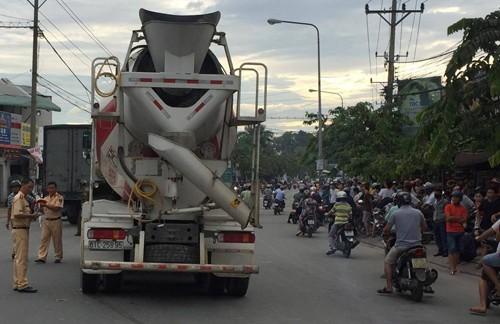 Doi nam nu bi xe bon tong tu phia sau, keo le hang tram met-Hinh-2