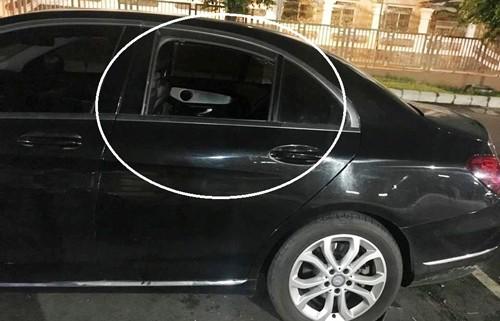 Mercedes C200 bi dap kinh lay tai san o bai xe sieu thi Emart