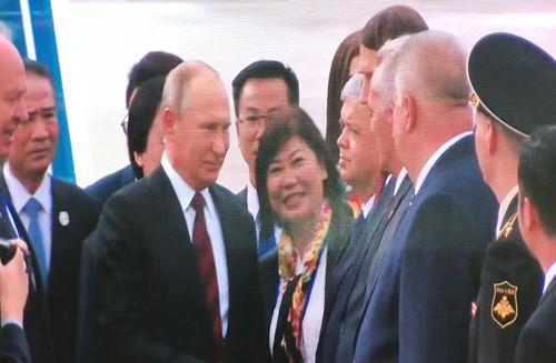 Tong thong Nga Putin vay tay chao nguoi dan khi den Da Nang-Hinh-2