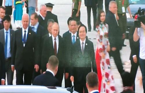 Tong thong Nga Putin vay tay chao nguoi dan khi den Da Nang-Hinh-3
