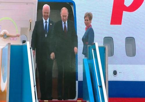 Tong thong Nga Putin vay tay chao nguoi dan khi den Da Nang
