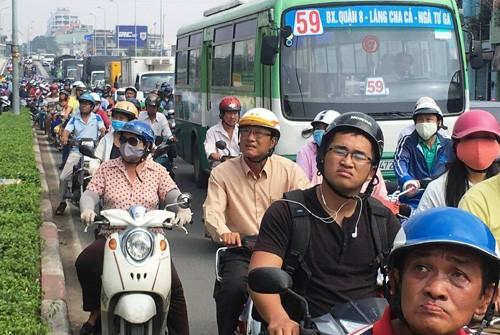 "Dang ""giai cuu"" nam thanh nien co thu tren noc chua o TP.HCM-Hinh-5"