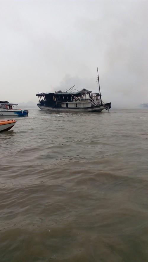 Lien tuc xay ra hang loat vu chay tau o Ha Long-Hinh-2