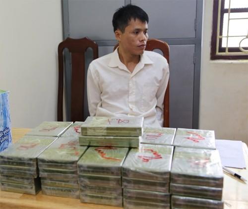 """Cuu van"" van chuyen 52 banh heroin gia 100 trieu sa luoi"