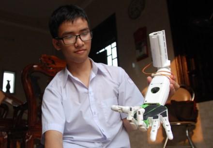 Nam sinh che tao canh tay robot duoc Dai su quan My cap visa