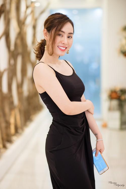 A hau Ngo Thuy Linh: Toi suy nghi 5 nam moi dam phau thuat mui!-Hinh-9
