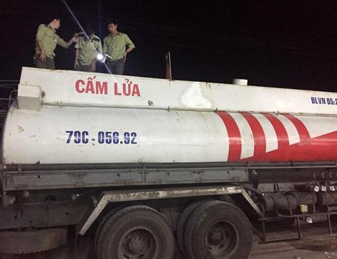 Can Tho: 7.000 lit xang va 15 tan duong khong ro nguon goc