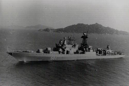 """Chiến hạm chống ngầm """"Đô đốc Zakharov"""" tại Vịnh Cam Ranh"""
