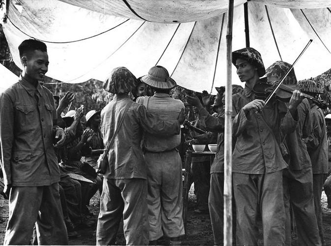 Can canh giay phut chuyen giao quyen luc o HN ngay 10/10/1954-Hinh-10
