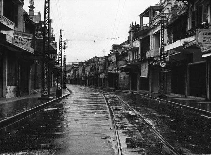 Can canh giay phut chuyen giao quyen luc o HN ngay 10/10/1954