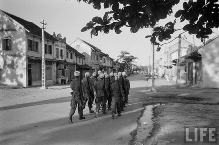 Tan muc linh Phap cuon co rut khoi Ha Noi nam 1954-Hinh-11