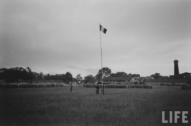 Tan muc linh Phap cuon co rut khoi Ha Noi nam 1954