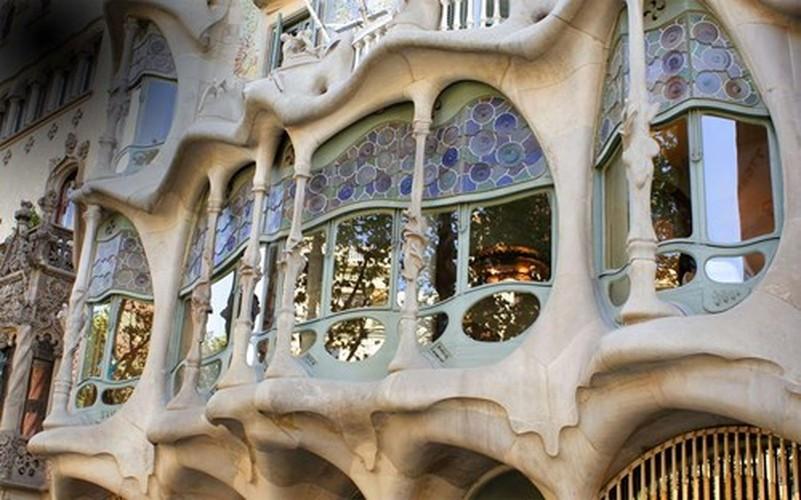 Ngam toa nha xuong cot tram tuoi quai la o Barcelona-Hinh-2