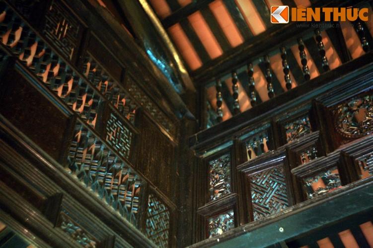 Theo lời kể của người xưa, để xây nhà, gia chủ đã cho huy động thợ mộc từ Sài Gòn, thợ chạm khắc đều là thợ giỏi đón từ Miền Bắc. Nguyên vật liệu xây dựng như gỗ, gạch, ngói đều chủ yếu mua từ miền Đông. Riêng gạch hoa lát nền nhập từ Pháp.