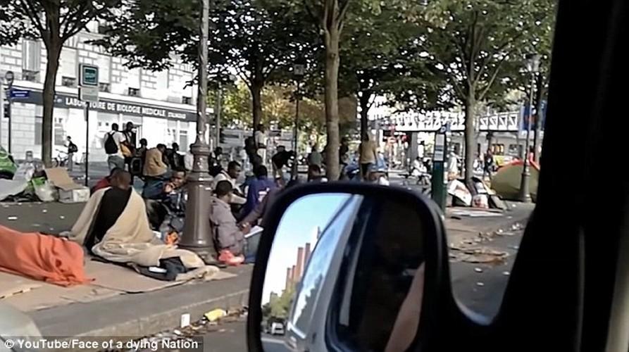 Canh nguoi ti nan va vat tren duong pho Paris-Hinh-3