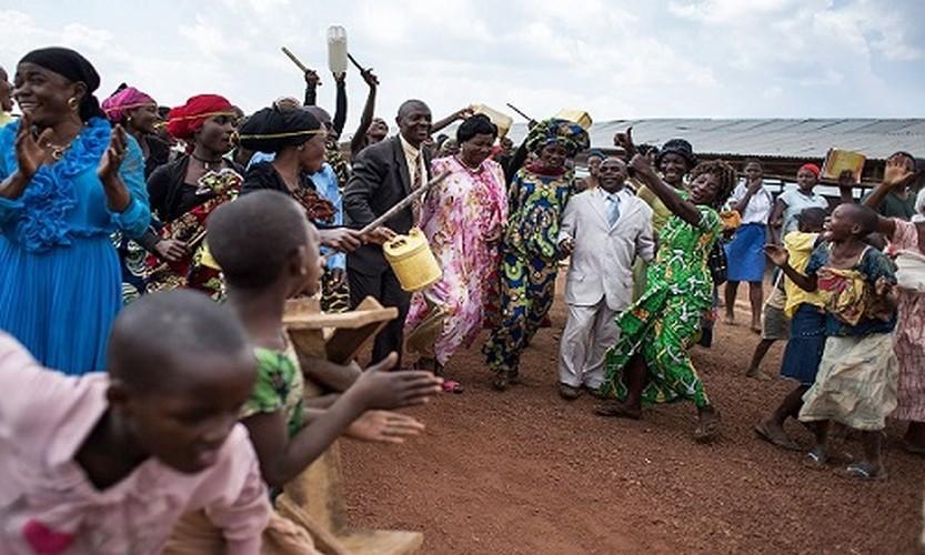 Can canh dam cuoi tap the cua nguoi ti nan Cong-go o Burundi-Hinh-10