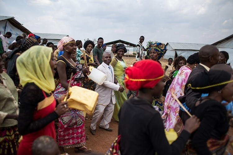 Can canh dam cuoi tap the cua nguoi ti nan Cong-go o Burundi-Hinh-11