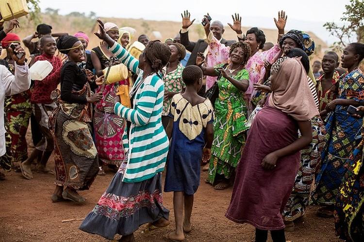 Can canh dam cuoi tap the cua nguoi ti nan Cong-go o Burundi-Hinh-9