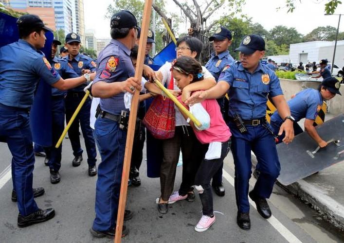 Hien truong xe canh sat lao vao nguoi bieu tinh o Philippines-Hinh-10