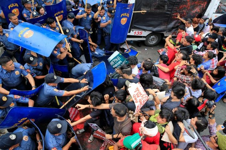 Hien truong xe canh sat lao vao nguoi bieu tinh o Philippines-Hinh-3