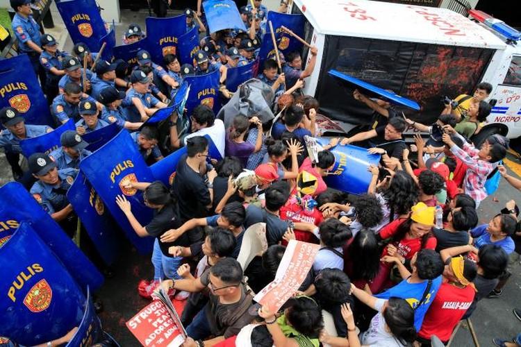 Hien truong xe canh sat lao vao nguoi bieu tinh o Philippines-Hinh-7
