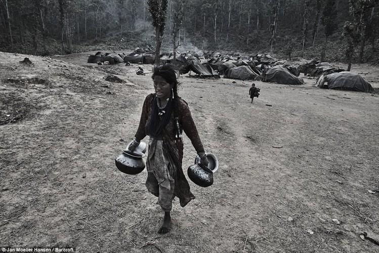 Cuoc song cua bo toc du muc Raute trong rung ram Nepal-Hinh-2