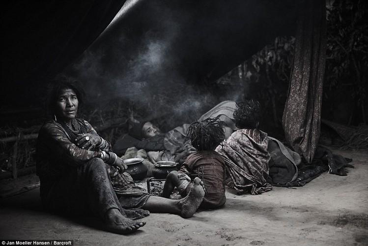 Cuoc song cua bo toc du muc Raute trong rung ram Nepal
