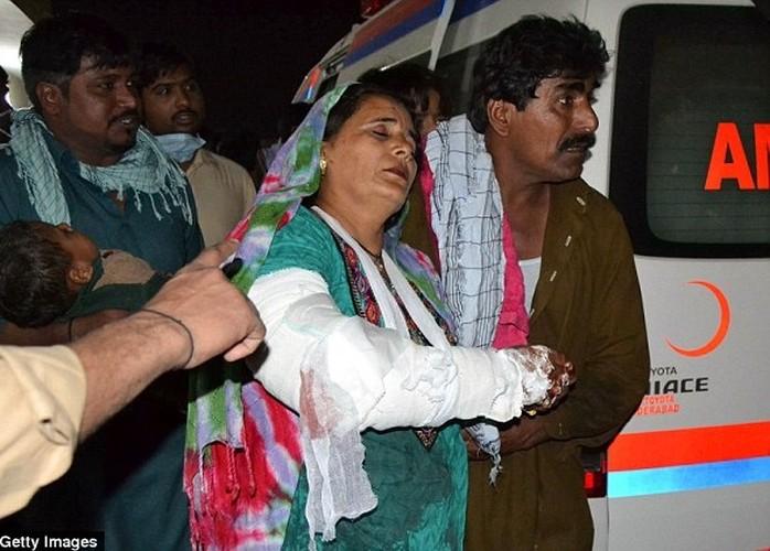 Hien truong danh bom o Pakistan, 250 nguoi thuong vong-Hinh-8
