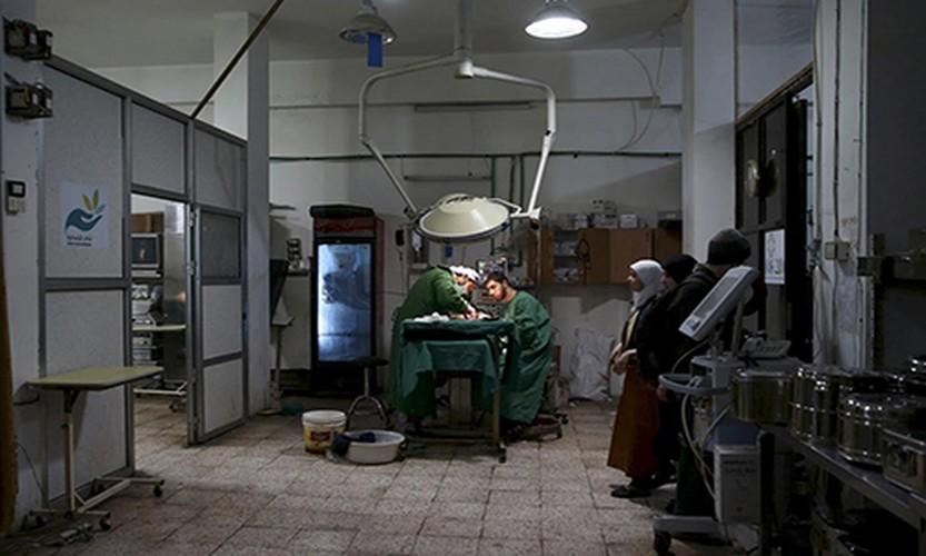 Canh tuong dau long trong benh vien da chien o Douma