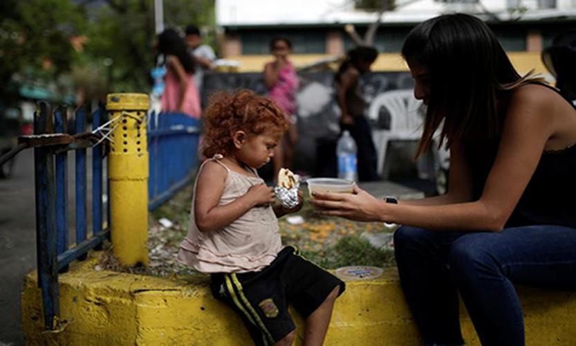 Chum anh bua an tu thien cho dan ngheo Venezuela