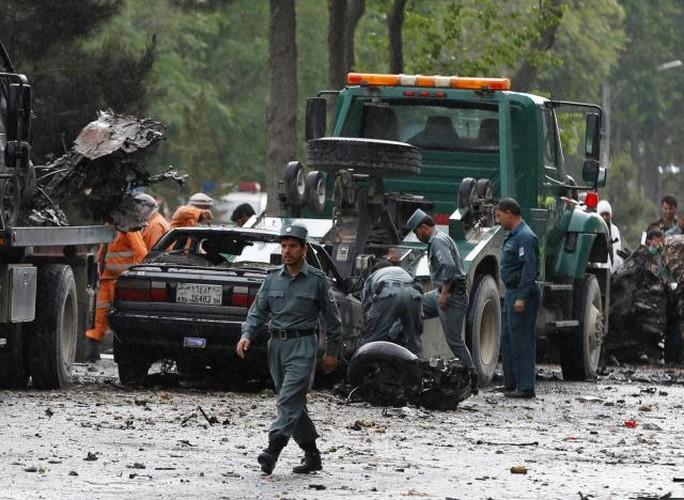 Hien truong kinh hoang vu danh bom doan xe NATO o Afghanistan-Hinh-8