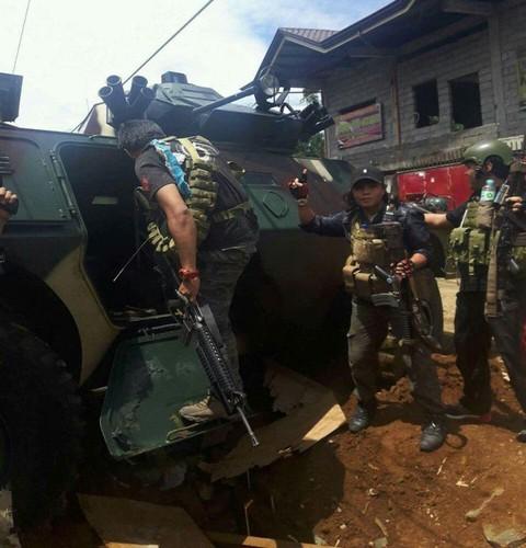 Anh: Phien quan chiem xe boc thep cua Quan doi Philippines-Hinh-2