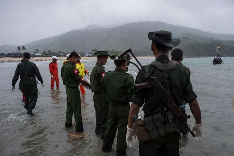 Hinh anh tim kiem nan nhan vu roi may bay o Myanmar-Hinh-11