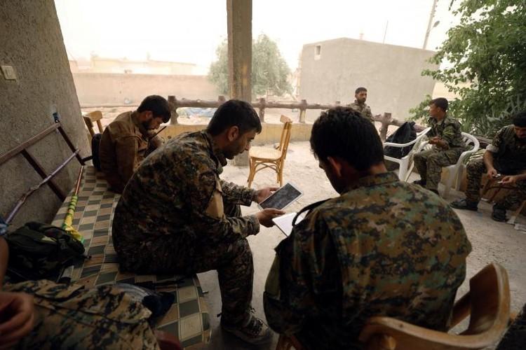 Anh nong hoi chien dich giai phong Raqqa khoi phien quan IS-Hinh-15