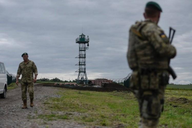 Can canh hang rao bien gioi Ukraine-Nga-Hinh-3