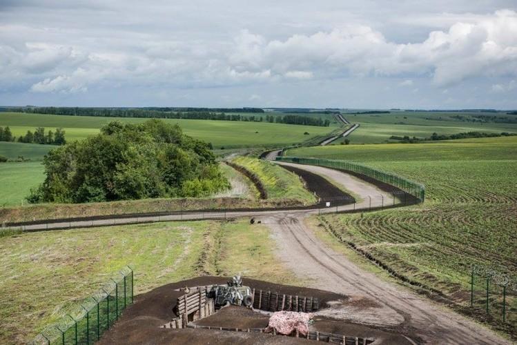 Can canh hang rao bien gioi Ukraine-Nga-Hinh-4