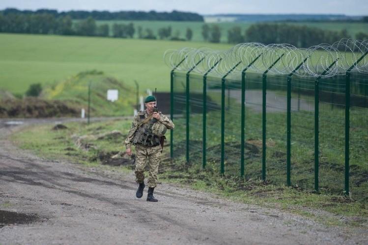 Can canh hang rao bien gioi Ukraine-Nga-Hinh-7