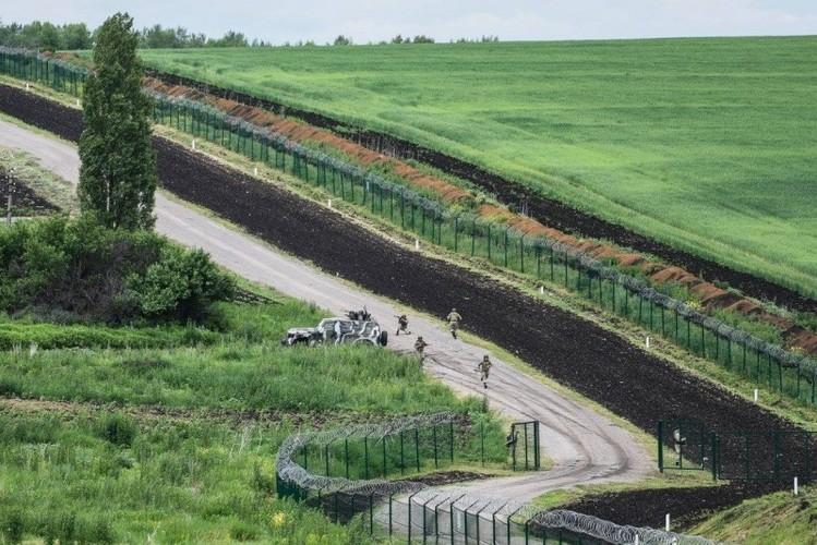 Can canh hang rao bien gioi Ukraine-Nga