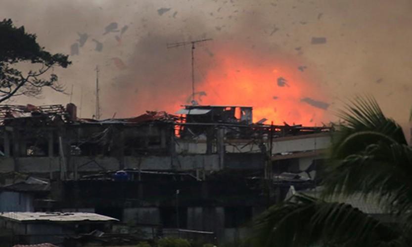 Anh: Quan doi Philippines tan cong khung bo o Marawi