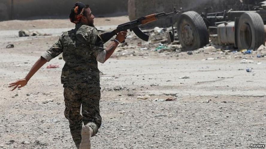 Anh: Giao tranh ac liet, thuong dan Syria lu luot roi Raqqa-Hinh-11