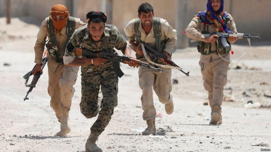 Anh: Giao tranh ac liet, thuong dan Syria lu luot roi Raqqa-Hinh-9