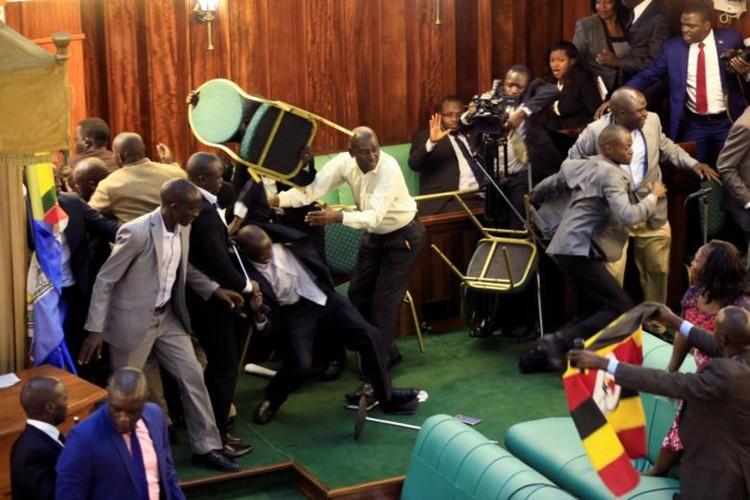 Nghi si Uganda xe ao, vac ghe danh nhau giua Quoc hoi-Hinh-4