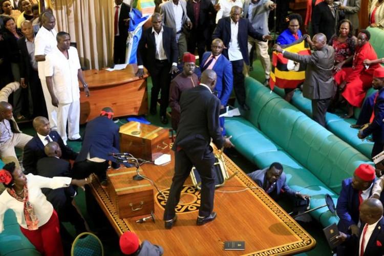 Nghi si Uganda xe ao, vac ghe danh nhau giua Quoc hoi-Hinh-8