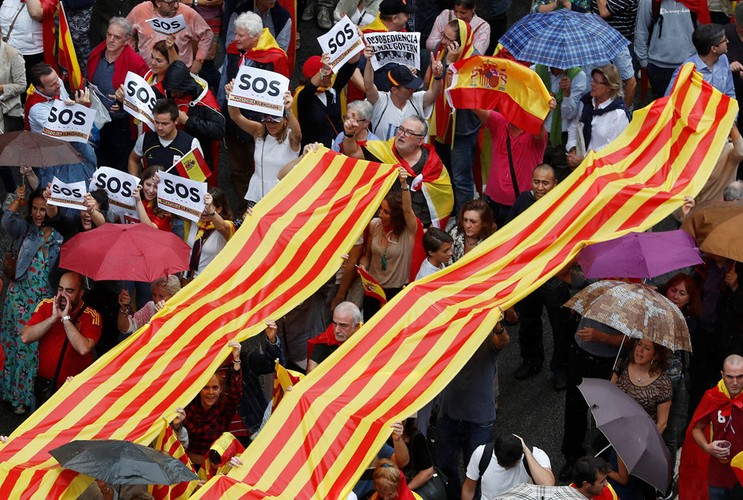 Canh sat TBN dap kinh lao vao diem bo phieu ly khai o Catalan
