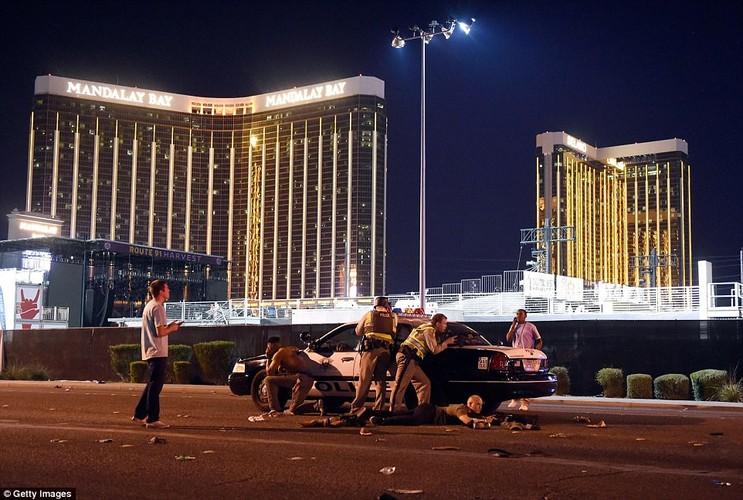 Hien truong xa sung o Las Vegas, hon 120 nguoi thuong vong-Hinh-9