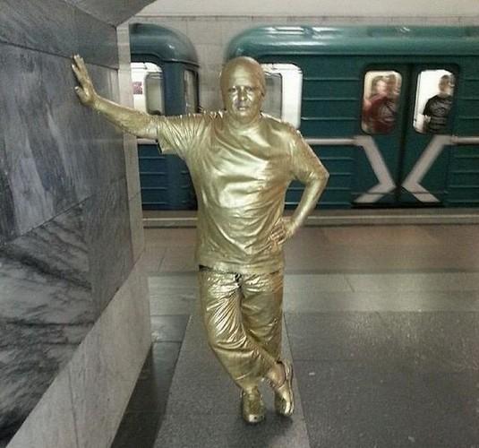Chet cuoi nhung hanh khach quai di tren tau dien ngam Nga-Hinh-7
