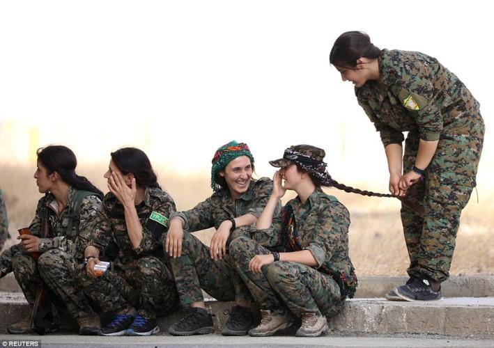 """Anh: Nhung """"bong hong"""" gop phan danh duoi IS khoi Raqqa-Hinh-10"""